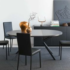 Table ronde extensible en céramique #table #tableceramique #tableovale #tabledesign #tableextensible #decor #salleamanger #connubia Dining Room Furniture, New Furniture, Furniture Design, Dining Chairs, Round Extension Table, Table Extensible, Table Design, Oval Table, Ceramic Table