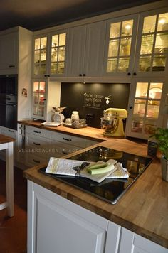 Cuddly Easter (and: Old kitchen in a new light part II) - # K . Cuddly Easter (and: Old kitchen in a new light part II) – the# Kitchen Old Kitchen, Ikea Kitchen, Country Kitchen, Kitchen Dining, Kitchen Decor, Cocina Office, Diy Kitchen Lighting, Cocinas Kitchen, Upper Cabinets