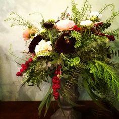 #medicis #flowershop #flowers #fleuriste #flowers #bordeaux #lesmauvaisesherbes. Composition piquée, vase medicis, renoncules, sumphorine thlaspus. Les Mauvaises Herbes, fleuristes bordeaux