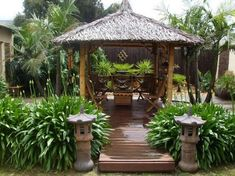 A Bali hut creates a space to display wood carvings and traditional Balinese… Tropical Backyard, Tropical Landscaping, Landscaping With Rocks, Garden Landscaping, Bali Garden, Balinese Garden, Balinese Villa, Side Garden, Landscape Design Plans