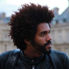 Brasileiro que vive na França faz tutoriais de cabelo cacheado para homens