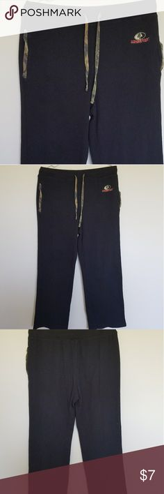 """Mossy Oak Sweatpants Comfy Mens size Medium Mossy Oak Sweatpants. In good condition no stains or tears only worn handful of times, they were a good too short for my husband liking its 5'10"""",so better for someone few inches shorter. Mossy Oak Pants Sweatpants & Joggers"""