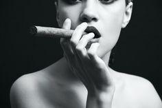 Passionate Woman - Cigar b&w Üvegkép az Europosters.hu-n