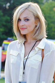 pretty honey blonde bob with nice makeup - liquid liner and peachy pink lip street style