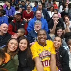 http://www.amazon.com/lattstick-latt-Integrated-Foldable-Bluetooth/dp/B00YMT0EQ0「 East Hartford, CT. . The lady behind me hooking me up with a back massage. ... #harlemwizards #slamtastic #selfiestick 」