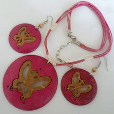 Conjunto feito de coco, colar e brincos. R$ 6,00