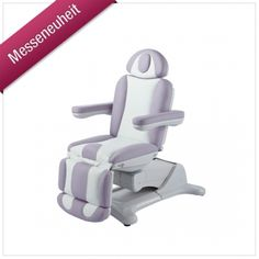Unsere neue Kosmetikliege bietet optimalen Sitzkomfort und angenehme Bewegungsfreiheit für nahezu jede Behandlung. Drei Motoren gewährleisten komfortable Einstellmöglichkeiten, die Sie bequem auf Knopfdruck abrufen können. Die Grundstellung gewährt Ihren Kunden eine besonders niedrige und damit einfache Einstiegshöhe. Fahren Sie die Kosmetikliege dann per Handbedienung elektrisch in die für Sie optimale Behandlungsposition. (Art.-Nr.: KL 256 E-3 R SF)
