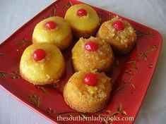 Pineapple Upside Down Cupcakes. I remember my mom making pineapple upside down cake all the time; this is such a comfort food for me. Just Desserts, Delicious Desserts, Yummy Food, Easter Desserts, Mini Desserts, Holiday Desserts, Yummy Snacks, Yummy Yummy, Holiday Recipes