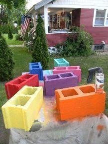 Spray paint concrete blocks for your patio   Pinta bloques de cemento de colores. Perfectos para decorar el patio este verano: