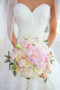Young wedding bouquet- photo by T2 beautiful colors