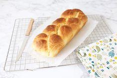 Wil je een lekkere brioche bakken? Het is niet moeilijk maar het vergt wel wat tijd! Bekijk hier het recept om zelf een brioche te bakken. Brioche Bread, Our Daily Bread, Hot Dog Buns, Bread Recipes, Brunch, Food And Drink, Snacks, Desserts, Breads
