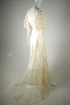 Immaculate floor-length silk vintage wedding dress with an amazing train falling behind the bias-cut skirt. This elegance and workmanship is a rare find. Vintage Gowns, Vintage Bridal, Unique Vintage, Dress Vintage, Vintage Style, 1930s Fashion, Vintage Fashion, Bias Cut Dress, Silk Gown