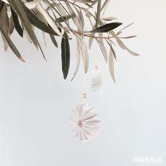 Jeg har lavet cirkelformede ophæng i papir. Nu hvor december er ovre kan de passende pynte på lidt grene fra haven. De kan bruges i mange sammenhæng, som bordpynt, i en skål eller som ophæng og erstatning for julens pynt. // With the Christmas ornaments packed away, I have created these snow white paper ornaments... [Læs mere]