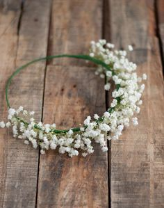 How to Make a Baby's Breath Crown. A baby's breath crown is a fun way to add some style to your outfit. For example, you could wear a baby's breath crown to a summer music festival to create a flower child look. Babys Breath Crown, Baby Breath Flower Crown, Flower Girl Crown, Flower Crowns, Flower Girls, Diy Flower, Boho Baby Shower, Baby Shower Flowers, Diy Wedding Magazine