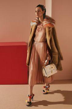 http://www.vogue.com/fashion-shows/pre-fall-2017/fendi/slideshow/collection