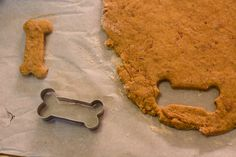 It is time for a special bacon and pumpkin dog treat recipe! Perfect for #Fall.