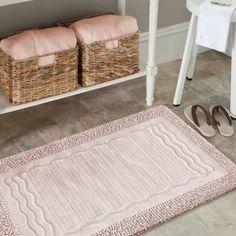 Dzięki pudrowym dywanikom łazienkowym, w prosty sposób wniesiesz odrobinę koloru i komfortu do łazienki. Zestaw wykonany z bawełny, zaprojektowany wzór, składa się z dwóch grubości bawełnianej przędzy. Struktura dywanów potrafi wchłonąć wodę i utrzymać suchą podłogę w łazience! Zestaw zawiera dwa chodniczki w rozmiarach: 50x60 i 60x100 cm. #dywanikiłazienkowe #dywaniki #dywanik #łazienka #dołazienki #pudrowy #dywanikróżowy #pudrowyróż #kompletłazienkowy #kompletdywaników #różowy #bathroom Bath Mat, Rugs, Home Decor, Products, Farmhouse Rugs, Decoration Home, Room Decor, Home Interior Design, Bathrooms