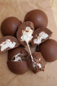 Alltså, det här mina vänner! Så otroligt gott och smakar precis som pollygodiset. Det jag gjorde var att smälta ljust choklad med lite olja tillsammans med arraksarom. Jag tog fram en plastform som är superbra så chokladen lossnar så fint, men det går lika bra att göra dessa i små muffinsformar. Om man inte har [...]