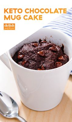A chocolate mug cake that's gluten-free and paleo! It's a delicious, healthy and moist chocolate mug cake recipe that can be made in less than two minutes. So easy and a reader favorite! Paleo Dessert, Desserts Keto, Desserts Sains, Dessert Recipes, Keto Snacks, Easy Diabetic Desserts, Dessert Drinks, Mug Recipes, Gourmet Recipes