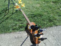 Alte Gitarre als Weinständer umgebaut. von MHgarage auf DaWanda.com
