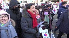 김진태 의원,  탄기국 대학로 행진중 팬들에 둘러싸여 환한 표정