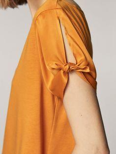 T-SHIRT CONTRASTANT AVEC FENTES ET NŒUDS pour FEMMES - T-shirts - Tout voir de Massimo Dutti pour la saison Automne Hiver 2017 à 25.95. L´sélégance au naturel! Sleeves Designs For Dresses, Sleeve Designs, Simple Outfits, Classy Outfits, Fashion Idol, Fashion Outfits, Modesty Fashion, New Blouse Designs, Fashion Vocabulary