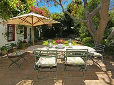 Stoneycroft I - Stoneycroft I is situated in the leafy southern suburb of Constantia, close to some of the best wine estates in Cape Town.The house, which accommodates up to six guests, features a well-equipped kitchen, ... #weekendgetaways #constantia #southafrica
