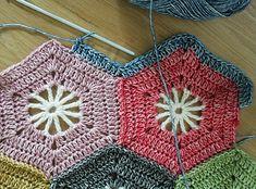 Crohet hexagon blanket, Scheepjes Stonewashed: free pattern and tutorial Crochet Hexagon Blanket, Crochet Motif Patterns, Crochet Quilt, Crochet Blocks, Crochet Squares, Love Crochet, Diy Crochet, Crochet Crafts, Crochet Home