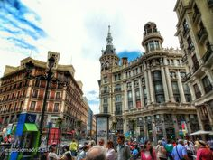 Plaza de Canalejas, a la derecha uno de los edificios más bonitos de Madrid, que en realidad son 2, la Casa de Don Tomás de Allende y el edificio Meneses