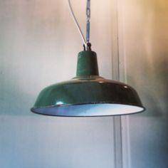 Oude Franse fabriekslamp.