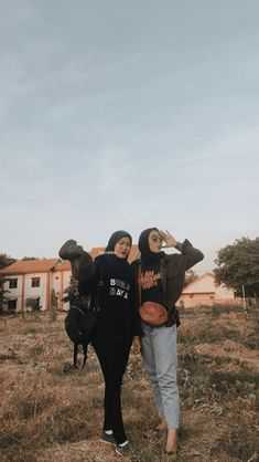 Casual Hijab Outfit, Ootd Hijab, Casual Outfits, Ootd Fashion, Fashion Outfits, Best Friend Photography, Hijab Fashion Inspiration, Best Friend Goals, Besties