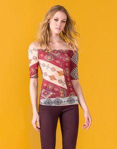 O decote da vez é o ombro a ombro! Bem feminino e com toque bohemian, na blusa ajustada ao corpo o resultado é uma graça! Invista em saia jeans, botinhas e se jogue na trend 70s!