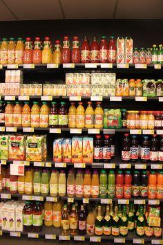 Concept 'verpakkingen' Foto: verschiilende soorten verpakkingen voor fruitsappen. De merken staan duidelijker in het zicht.