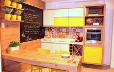 Cozinha Simonetto, em MDF Arenal e portas dos armários em laca amarela. Preço sob consulta (simonetto.com.br)