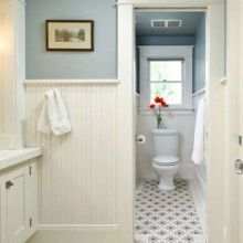 Wainscoting in the guest bathroom? // Craftsman wainscoting and tile bathroom with blue walls Bungalow Bathroom, Craftsman Bathroom, Laundry In Bathroom, Bathroom Renos, Bathroom Beadboard, Bathroom Moulding, Craftsman Decor, Bungalow Decor, Craftsman Farmhouse