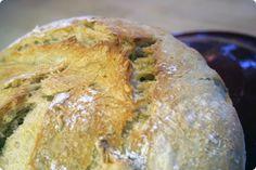 I går lykkedes det at bage det bedste brød, jeg længe har præsteret. At bage brød er en kombination af en lang række faktorer og deres orden er slet ikke ligegyldig, men det skal ikke ophøjes til stor kunst eller noget, der er svært, for det behøver det overhovedet ikke at være og i dette tilfælde var det dét ikke. Tværtom. Brødet er bagt i en fransk, glaseret lerpotte med låg. Sådan én, som normalt rummer gode, langtidskogte gryderetter. Du har måske ikke sådan én stående på hylden, men jeg…