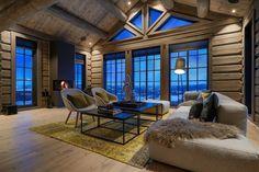 Hafjell - Eksklusiv og eventyrlig tømmerhytte fra 2016 med spektakulær utsikt - Ski inn & ut alpint og langrenn - Meget høy og påkostet standard med moderne og tekniske løsninger - 10 soverom - Dobbel garasje i u etg - Egen leilighet i U.etg. | FINN.no Mountain Cottage, Tiny Cabins, Winter Cabin, Cabin Interiors, Ship Lap Walls, House In The Woods, Log Homes, Home Deco, House Styles
