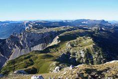 Créé en 1995, le Parc naturel régional de Chartreuse étend ses 76 700 hectares sur l'Isère et la Savoie, entre Chambéry, Grenoble et Voiron. Massif préalpin calcaire, il culmine à 2 082 mètres d'altitude. Parc naturel régional de Chartreuse