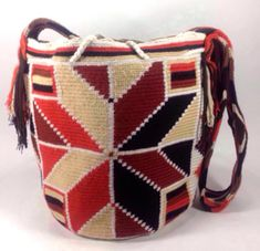 Comprar Colombian Wayuu Mochila Bags Online sale - Wayuu Mochila Bags of Colombia - Mochilas Wayuu handmade with pure cotton by Wayuu indians from La Guajira - Online sale of colombian Mochilas Tapestry Bag, Tapestry Crochet, Wiggly Crochet, Crochet Purses, Crochet Bags, Artist At Work, Purses And Bags, Card Making, Embroidery