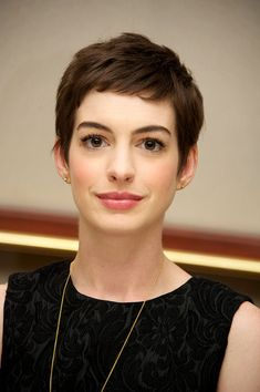 30 Anne Hathaway Shows You 10 Inventive Ways to Wear a Pixie - The latest and greatest styles ideas - The latest and greatest styles ideas Pixie Haircut, Hairstyles Haircuts, Anne Hathaway Pixie, Anne Hathaway Makeup, Hair Inspo, Hair Inspiration, Short Hair Cuts, Short Hair Styles, Short Bangs
