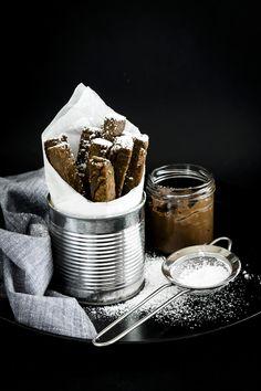 """I bastoncini fritti di castagne sono delle piccole bontà realizzate esclusivamente con la farina di castagne. Una """"versione minimalista"""" del tradizionale castagnaccio. Una sorta di finger food goloso che potrete preparare per una sana merenda o per una festa con gli amici."""