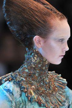 Alexander McQueen Spring 2010 - Details Mode Rococo, Alexander Mcqueen Couture, Alexander Mcqueen Savage Beauty, Alexander Macqueen, Fashion Art, Fashion Design, Paris Fashion, Couture Fashion, Looks Cool
