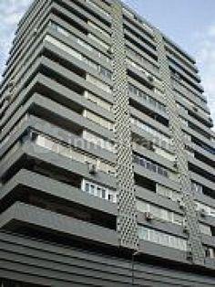 Piso en Madrid con 108 m² repartidos en 3 habitaciones, 1 baño completo, 1 aseo, salón comedor con terraza y cocina independiente. Muy bien comunicado.