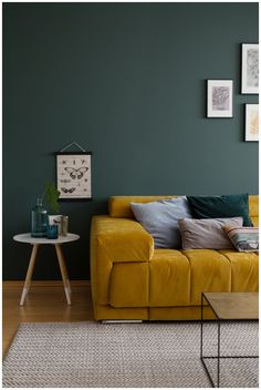 gruene Wandfarbe im Wohnzimmer mit ockerfarbenem Samtsofa green wall paint in the living room with ocher-colored velvet sofa – # green Living Pequeños, Living Room Green, Green Rooms, Cozy Living, Living Room Modern, Living Room Sofa, Living Room Designs, Living Rooms, Sofa Green