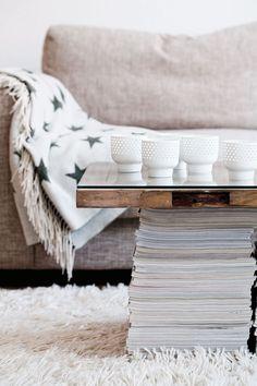 Sohvapöytä oli pariskunnalla jo Suomessa. Tasona toimii Frankin äidin talon vanha perunakellarin ovi, jonka alle Lina keksi laittaa lehtipinot jalaksi. Arabian riisiposliiniset tuikkulyhdyt ovat 1980-luvulta.