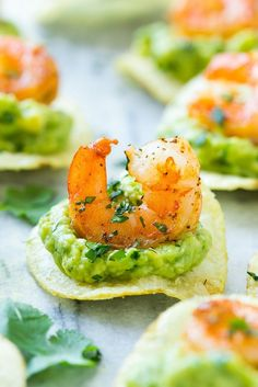 This recipe for Mexican shrimp bites is seared shrimp and guacamole layered onto individual potato chips. A super easy appetizer that's perfect for entertaining! recipes easy appetizers Mexican Shrimp Bites - Dinner at the Zoo Shrimp Appetizers, Appetizers For Party, Appetizer Recipes, Recipes Dinner, Dinner Ideas, Party Snacks, Super Bowl Appetizers, Individual Appetizers, Canapes Recipes