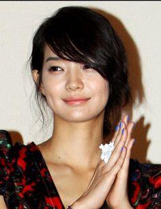 Shin Min Ah - Love her blue nail polish and her hair cut! She is so pretty!