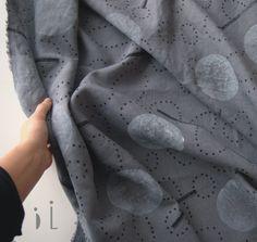 """Lněný panel / grey Autorský lněný panel o velikosti 140 x 98 cm  Lind tiskne na šedou látku lněnou. Len je vhodný na ušití splývavého oblečení, nebo bytového textilu. Lind odhaduje, že materiálu je akorát tak například na šaty jednoduchého střihu, na tři veliké tašky... či je možné látku použít jen zčásti a doplnit jinobarevnou.... Způsob tisku """"otisk"""" ... Printing On Fabric, Canvas Prints, Embroidery, Grey, Patterns, Natural, Gray, Block Prints, Needlepoint"""