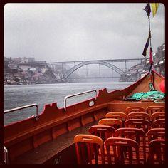 .Faire une petite croisière sous les ponts du fleuve Douro dans les « barcos Rabelo » typiques qui autrefois transportaient le vin de Porto.