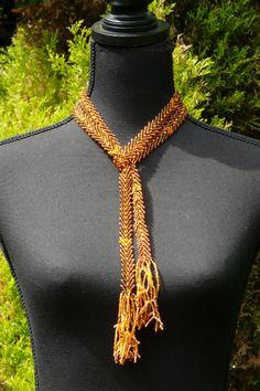 Corinne Bouwers - sjaal van amberkleurige kralen